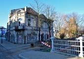 Ruina prywatnej kamienicy na rogu ul. Pereca i ul. Starowarszawskiej.