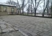 Dziś w miejscu projektowanego kompleksu znajdują się stare płyty chodnikowe.