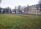 Dziś w miejscu projektowanego kompleksu znajdują się: stare boisko o nawierzchni asfaltowej do koszykówki, nierówny plac zielony do gry w piłkę nożną, który okala gruntowa bieżnia.